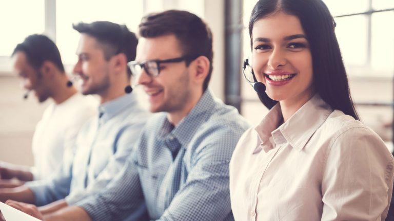 Software Helpdesk Online HashMicro untuk Customer Service Semua perusahaan di seluruh dunia tentu ingin bisa memberikan layanan terbaik untuk para pelanggannya untuk mendapatkan rasa puas. Pelanggan menjadi salah satu pihak yang akan menentukan berhasilnya usaha yang sedang anda jalankan. Karena menjadi salah satu pihak yang menentukan majunya bisnis maka pihak perusahaan juga berusaha sebaik mungkin untuk bisa memberikan layanan terbaik bagi para pelanggannya. Biasanya cara perusahaan untuk bisa memberikan layanan terbaik adalah dengan memanfaatkan sebuah software untuk membantu kerja bagian customer service. Di Indonesia sendiri ada banyak sekali software yang bisa digunakan perusahaan. Salah satu software yang digunakan untuk membantu bagian layanan customer service adalah software helpdesk online. Software ini mampu membantu kerja tim customer service dalam memberikan pelayanan kepada pelanggan. Kepuasan pelanggan tentu saja menjadi salah satu bentuk kesuksesan yang anda dapatkan. Jika pelanggan puas dengan layanan yang diberikan maka nantinya pelanggan tersebut akan mengajak orang lain untuk sama – sama menggunakan jasa yang anda tawarkan. Sehingga mampu membuat bisnis anda berkembang semakin baik lagi. Software Helpdesk online yang bisa anda gunakan adalah HashMicro. Software HashMicro menjadi salah satu software yang terbilang cukup baru keberadaanya di Indonesia. Menggunakan software ini mampu membuat sebuah perusahaan untuk bisa mendapatkan pelanggan yang lebih banyak dalam waktu yang singkat. Perusahaan yang menggunakan software ini juga termasuk dalam perusahaan yang sangat besar yang ada di Indonesia. Jajaran perusahan ternama menggunakan software ini untuk memberikan pelayanan yang lebih baik. Software ini mempunyai beberapa produk yang mulai dikenalkan di Indonesia. Salah satu produk yang dimiliki oleh software ini adalah integrasi software yang menggunakan sistem CRM. Dengan menggunakan produk ini maka memungkinkan untuk mendapatkan laporan yang sanga